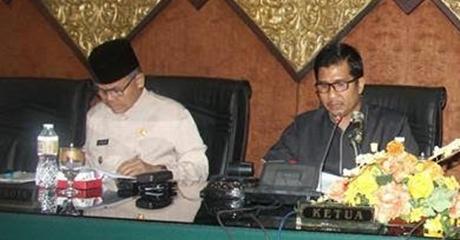 Rapat Paripurna DPRD Kota Padang, Wawako Emzalmi Sampaikan Dua Ranperda