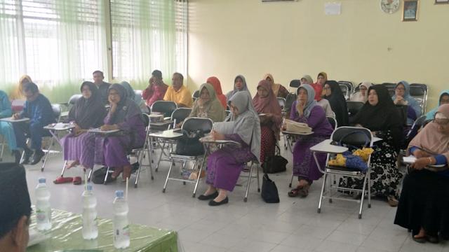 Para Guru Berdiskusi dengan Tim Literasi Inprasa