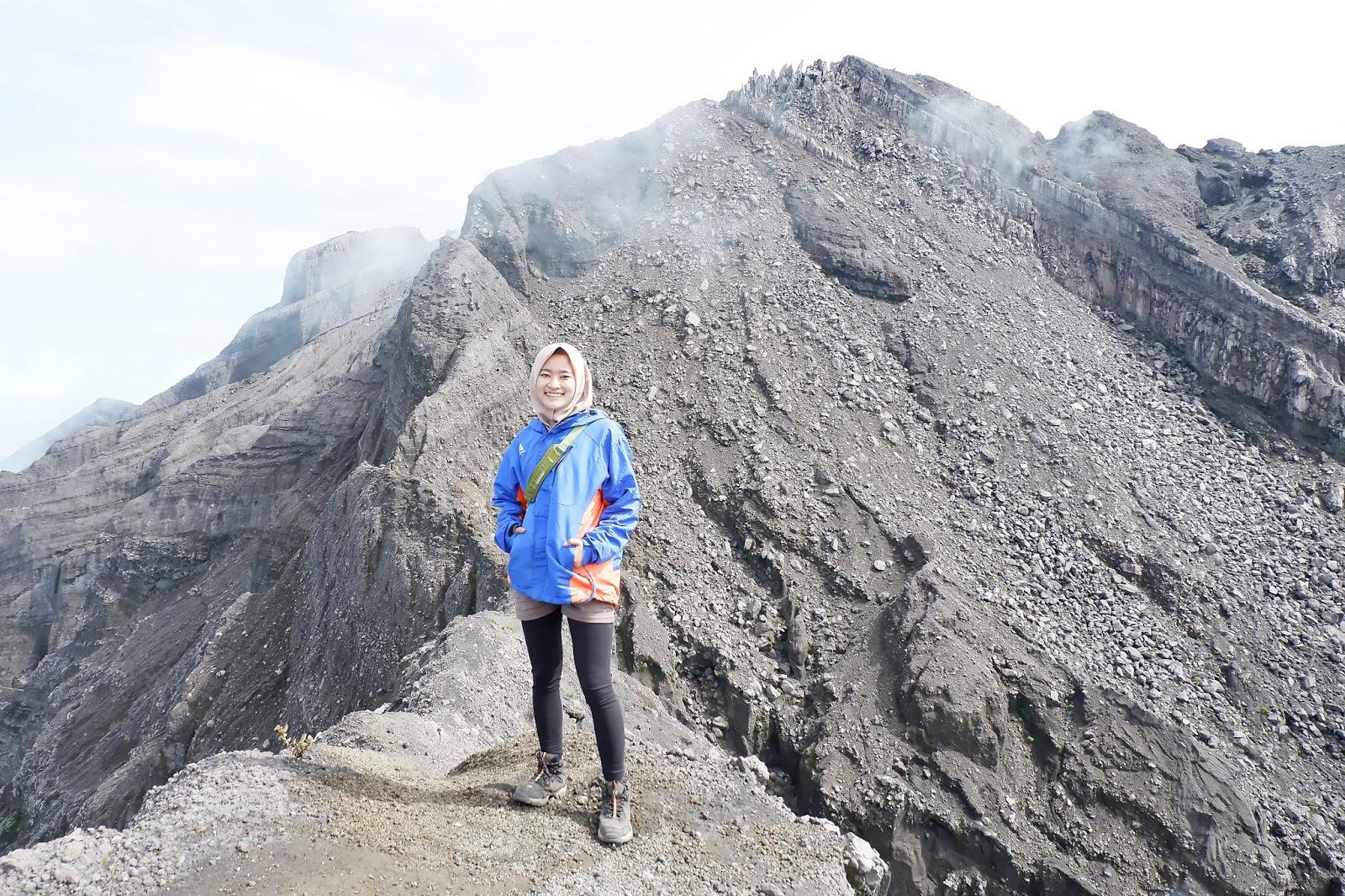 Cewek HIjab Pakai Legging Ketat dan dan seksi pendaki gunung