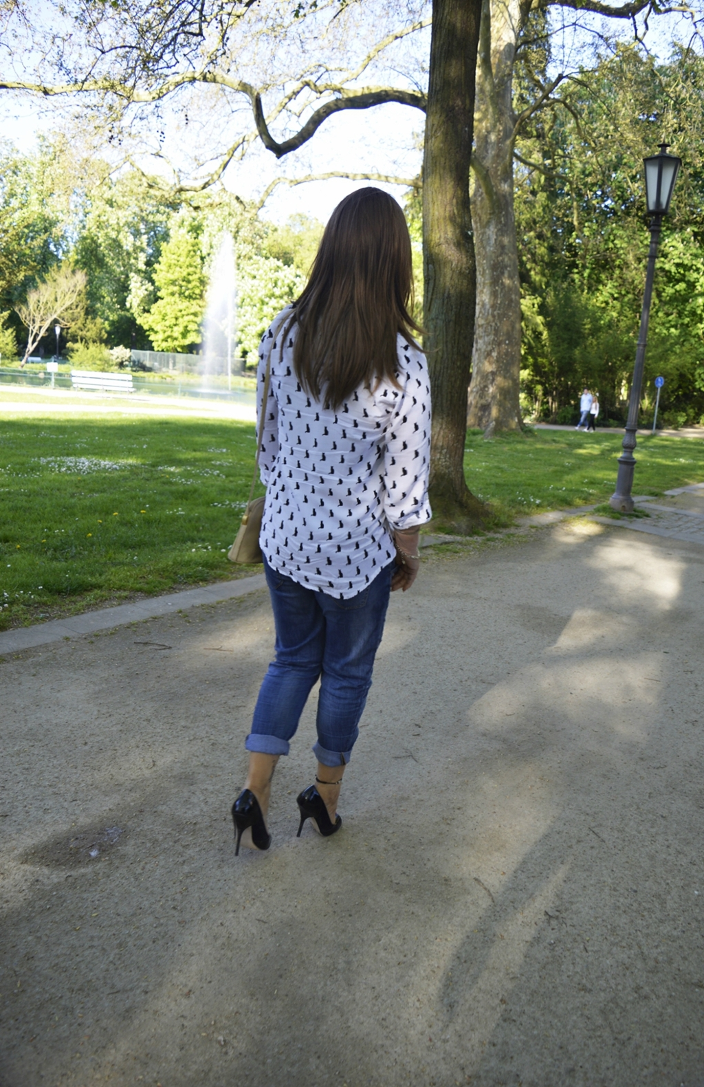 Outfit Peep Toe Heels, Relaxed Fit Jeans und Boxy-Style Bluse