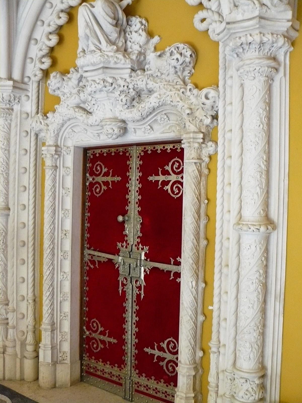 67d39a35f Este é o pórtico de acesso para dentro do Castelo, que apresenta uma  suntuosidade e riqueza de objetos absurda e maravilhosa. Descrever por  dentro é difícil ...