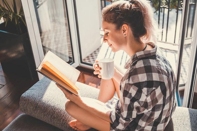 4 Hal Menggemaskan Saat Pacaran Sama Cewek kutu Buku