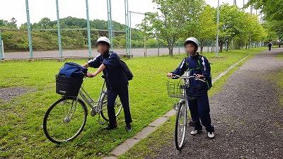 自転車登校時には<br>ヘルメットを着用してください