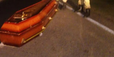 Caixão cai de carro funerário em rodovia do RN e corpo fica abandonado na estrada