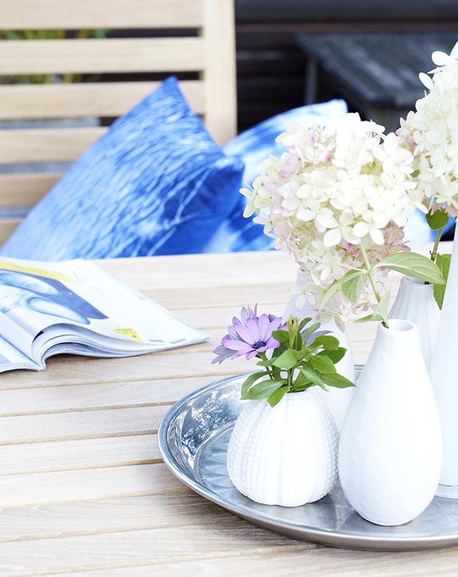 Shiborikissen auf der Terrasse und Blumendeko auf dem Tisch