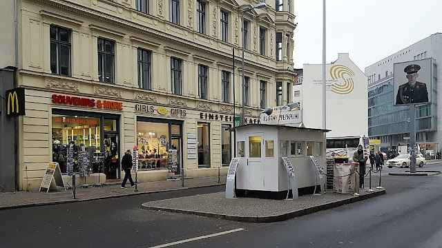 Checkpoint Charlie: the street and the military