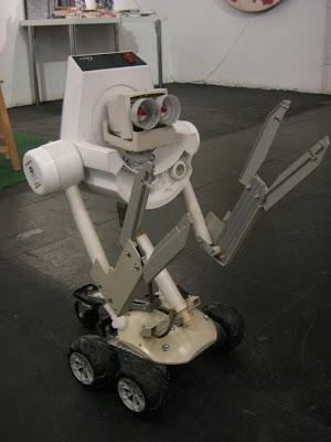 robot con plásticos  y partes de computadora reciclados