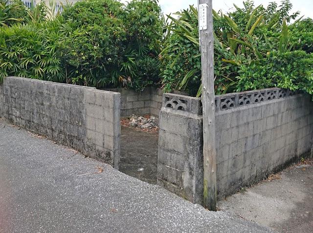 112番地の南西の角にある拝所(糸満市 兼城集落)の写真