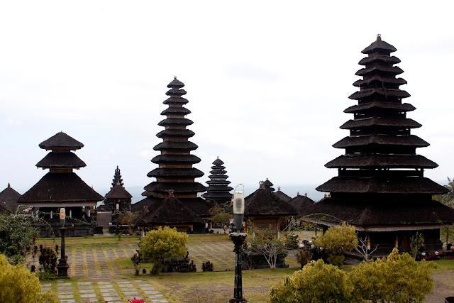 Una vista de unos merus de Pura Besakih (Bali)