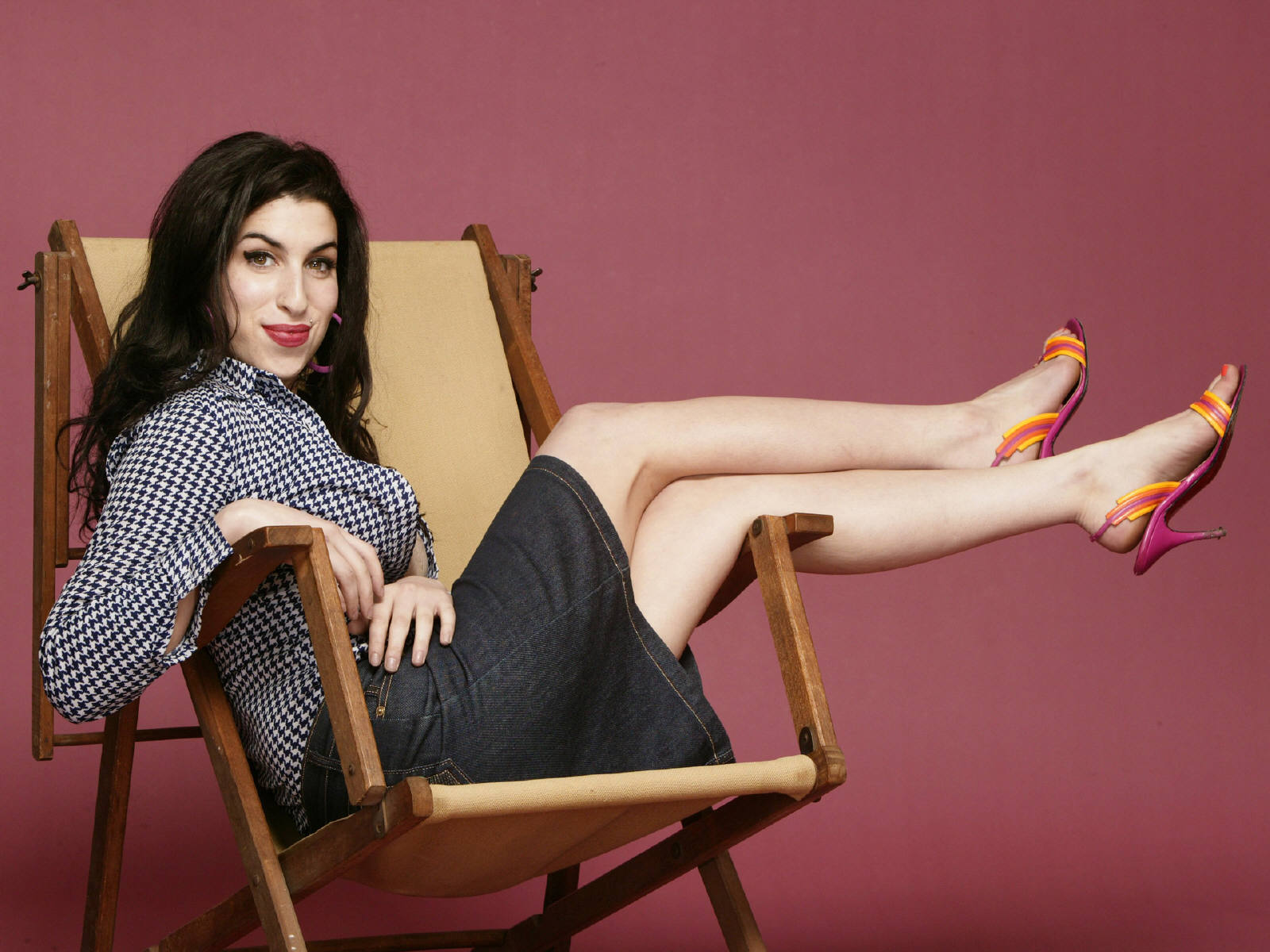 https://2.bp.blogspot.com/-As0myhMNENI/Ti48PttWWYI/AAAAAAAAMt0/bhw5MkclCTw/s1600/Amy_Winehouse_0052_1600X1200_Wallpaper.jpg