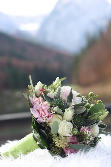 Herbst-Brautstrauß, Rosa, Grün, Romantische Herbsthochzeit in den Bergen von Garmisch-Partenkirchen, Vintage-Style, heiraten im Hochzeitshotel Riessersee Hotel; wedding destination abroad Bavaria