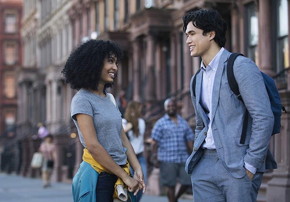 """Charles Melton e Yara Shahidi no trailer do romance """"O Sol Também É Uma Estrela"""""""