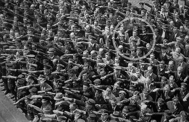 August Landmesser se negó a hacer el saludo nazi, foto tomada en el año 1944. Fotos insólitas que se han tomado. Fotos curiosas.