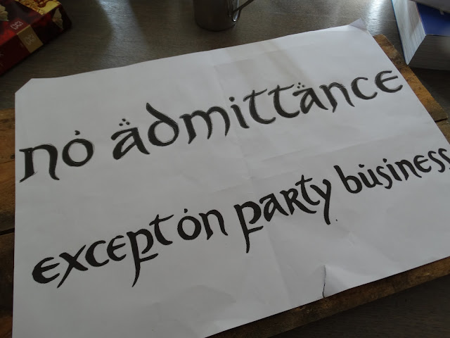 no admittance except on party business welkomstbord juiste lettertype op papier
