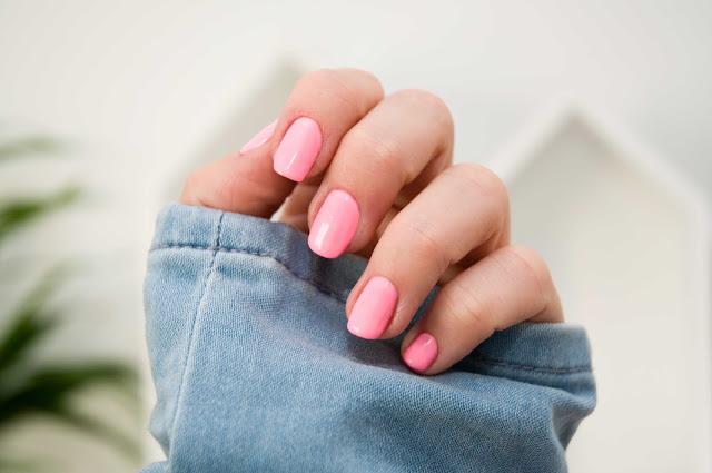 dziewczęcy róż na paznokciach