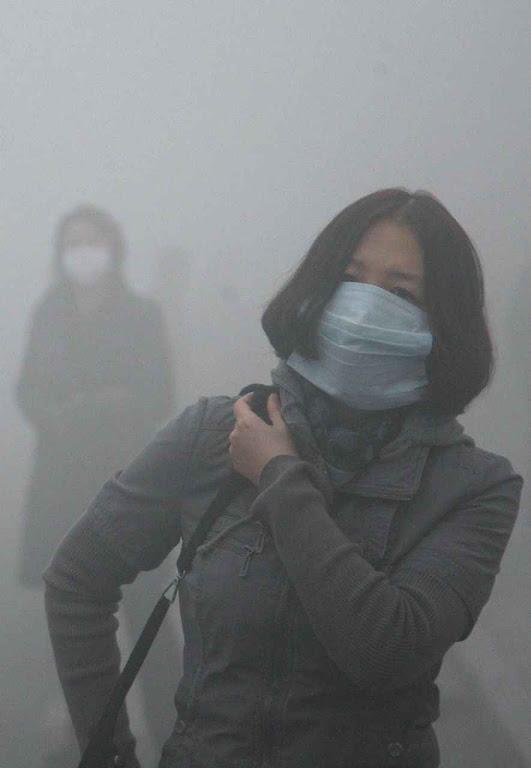 """A visibilidade  cai ao mínimo em Pequim pela poluição onipresente. Mas a China é tida como líder na luta contra a mudança climática. Quem são os culpados? Os """"ricos capitalistas""""!"""