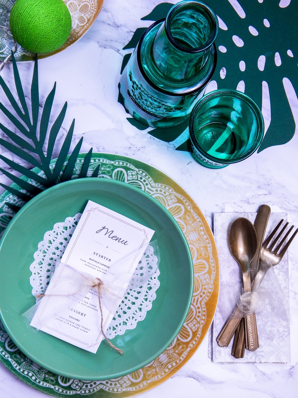 2 wzorzyste talerze westwing złote sztućce złote dodatki do mieszkań własne menu ozdobne serwetki ażurowe liście tropikalne impreza aloha tropiki w domu cottonballs melodylaniella partybox duka