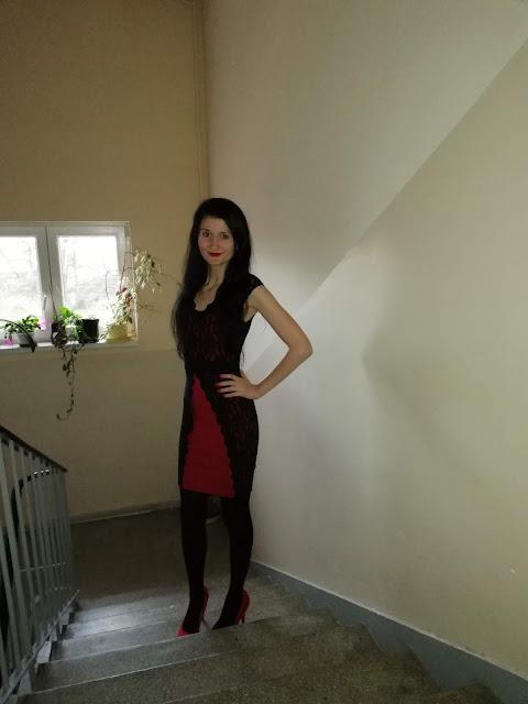 ołówkowa sukienka z koronką