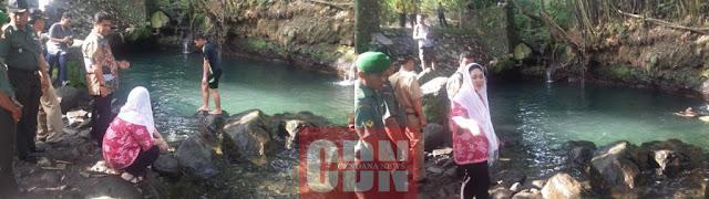 Kiri : Menikmati sejenak kolam pemandian dari dekat Kanan : Berbincang dengan Suhadi (kiri seragam TNI) tentang aktivitas pengunjung di kolam pemandian