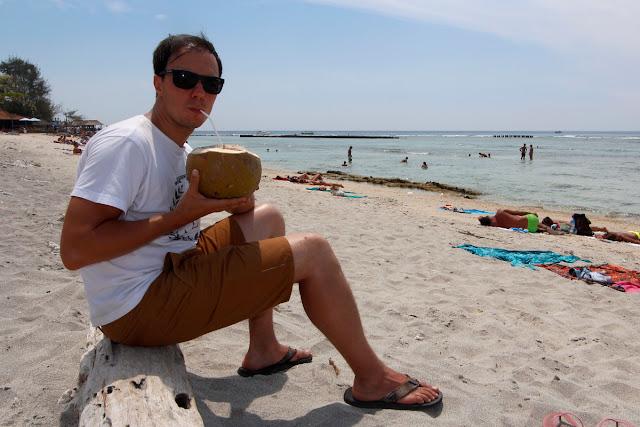 Tomándome un coco en la playa de Gili Trawangan