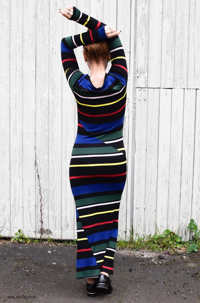 langes enges Kleid mit bunten Streifen