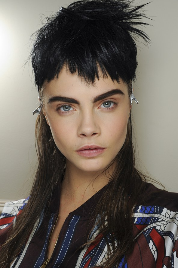 Beleza e maquiagem da Paris Fashion Week. Cara Delevingne no desfile do Jean Paul Gaultier