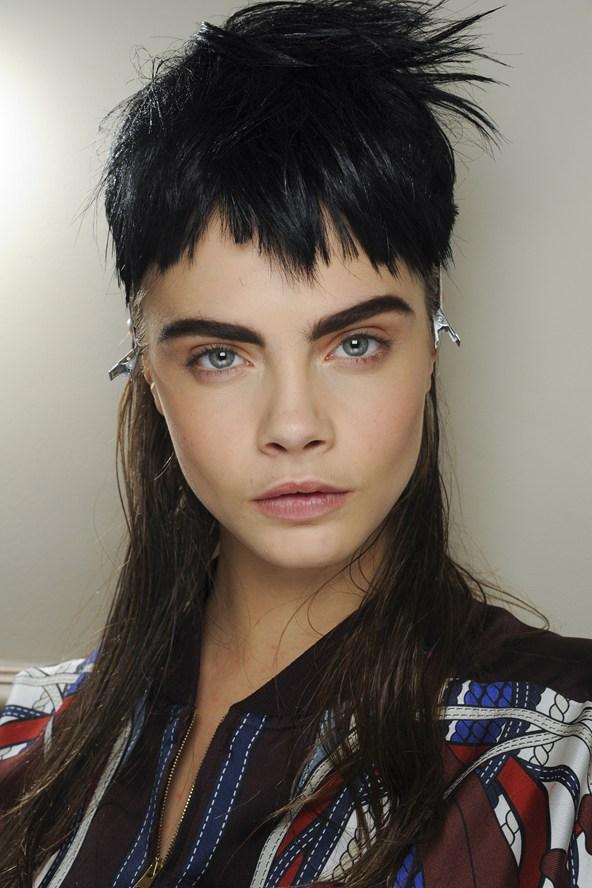 Beleza e maquiagem da Paris Fashion Week. Cara Delevingne no desfile do Jean Paul Gaultier