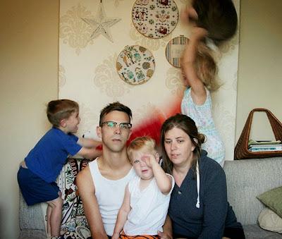 Una foto familiar con un par de padres respirando profundo.
