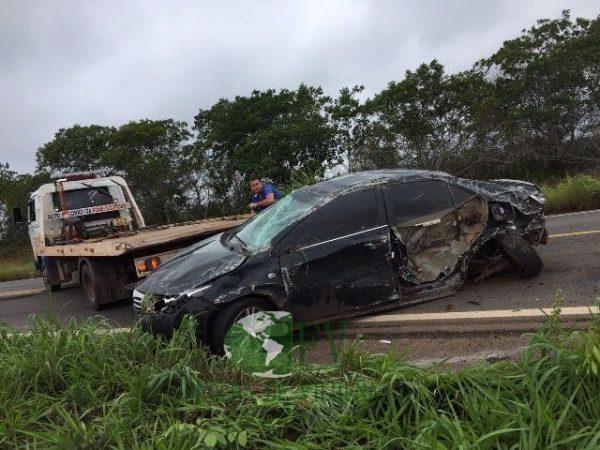 Colisão entre carros resulta em capotamento e criança de noves mesos saí sem ferimentos do sinistro