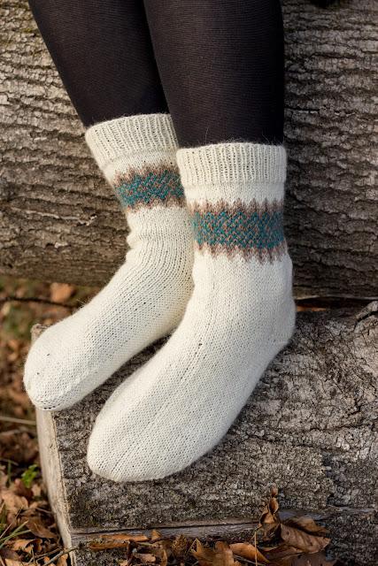 Kostenlose Anleitung für ein Paar gestrickter Socken mit Bumerang Ferse und Jacquard Muster.