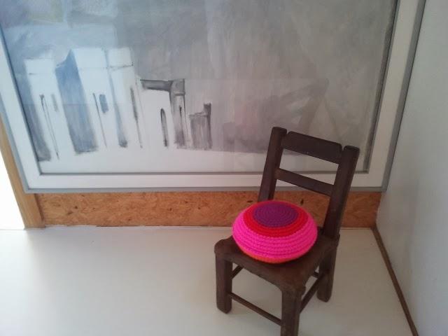 almohadones redondos - Un detalle de color en un pasillo. Almohadón de crochet.