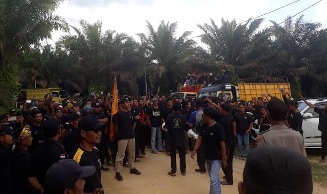 Tuntut Bebaskan Anggota, Keluarga Besar PSHT Tebo Demo PT. SKU