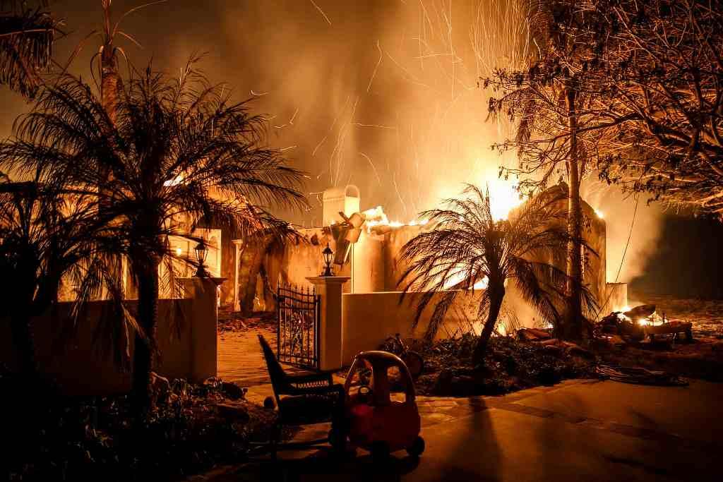 Пожежа знищує будинок в південній Каліфорнії