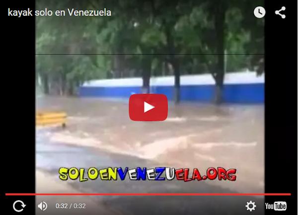 Atraviesan avenida principal en un Kayak debido a la lluvia
