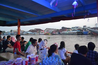 Suasana dalam kapal wisata menyusuri sungai Kapuas Blogger Pontianak
