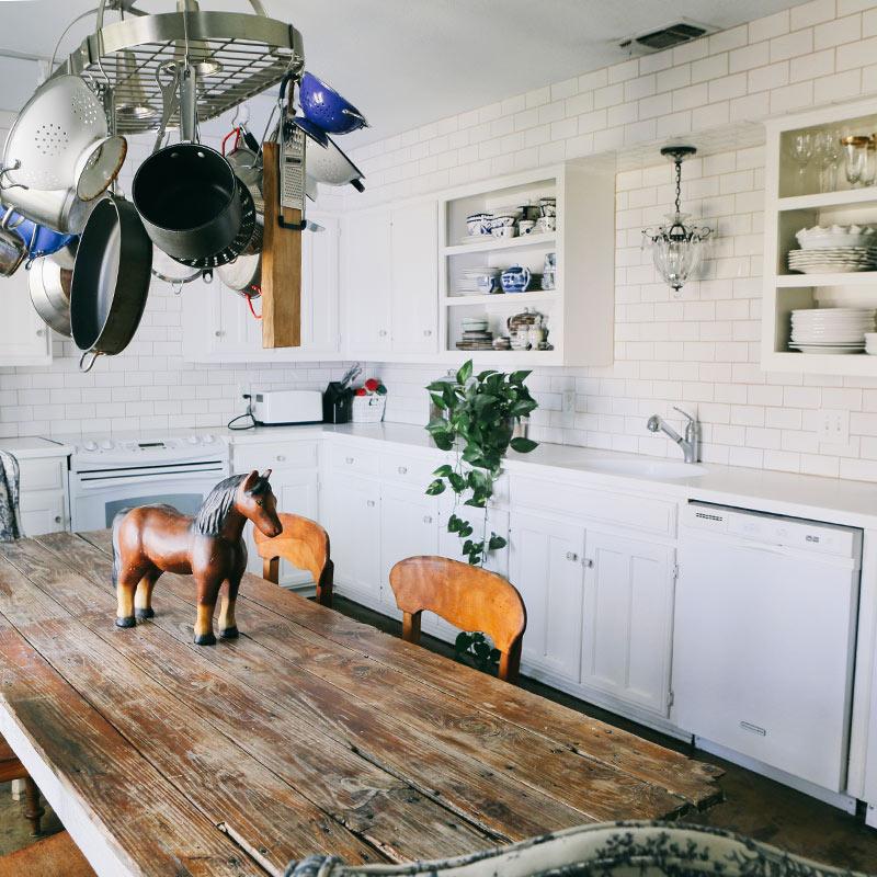 Una cocina Blanco y madera