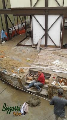 Bizzarri fazendo a execução da escada de pedra com as pisadas com pedra Carranca tipo cacão e nos espelhos da escada com pedra moledo tipo chapinha com as muretas de pedra ao lado. 04 de novembro de 2016.