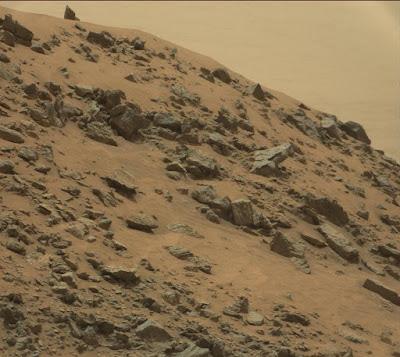 Immagine del Jocko Chute su Marte, la piramide si trova in alto a destra