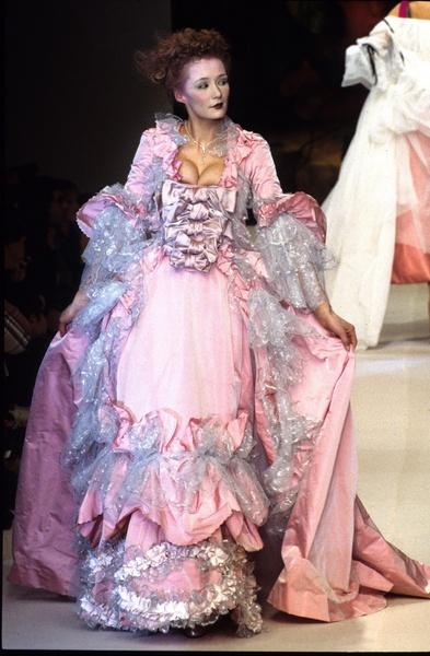 Diptyque's Crossing....: Le XVIIIe au gout du jour. Couturiers et créateurs  de mode au Grand Trianon