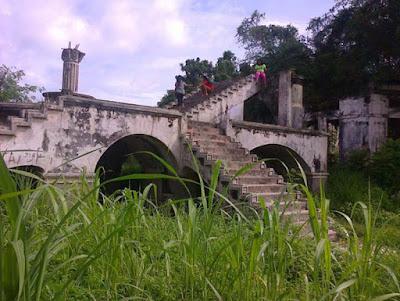 Sejarah Kota Pinang Labuhanbatu  Berdasarkan sejumlah bukti sejarah berupa kuburan dan sebagainya, diperkirakan Kotapinang telah berdiri sejak 250 tahun lalu. Menurut Hj Tengku Aznah seorang tetua di daerah itu, asal nama Kotapinang sendiri diambil dari kata Huta Pinangaon, yang artinya pinang yang mengawan atau pinang yang menjulang sampai ke awan. Pinang itu menurut cerita tumbuh di depan istana kesultanan Kotapinang.  Kesultanan Kotapinang pada mulanya bernama Kesultanan Pinang Awan. Sultan yang pertama memerintah adalah Sultan Batara Sinombah yang disebut juga dengan Sultan  Batara Guru Gorga Pinayungan, yang memiliki makam di Hotang Mumuk Negeri Pinang Awan. Sultan Batara Sinombah merupakan keturunan dari alam Minang Kabau Negeri Pagaruyung yang bernama Sultan Alamsyah Syaifuddin.  Namun kata dia, yang membuat nama Kotapinang melekat disebabkan di sepanjang sungai Barumun dulunya berpagar pinang. Sehingga kala itu Kotapinang juga dikenal dengan pagar pinang. Karena Kotapinang awalnya sebuah kesultanan, maka kala itu hiduplah di daerah itu seorang sultan.  Awal berdirinya, di daerah Kotapinang hanya dihuni dua suku besar yakni Dasopang dan Tamba yakni 30 Km dari Kotapinang. Bekas kekuasaan kedua suku itu terlihat dari peninggalannya berupa kuburan. Kedua suku inilah yang bertahun-tahun bermukim di kawasan itu.  Selama kedua suku itu berkuasa, timbul pe