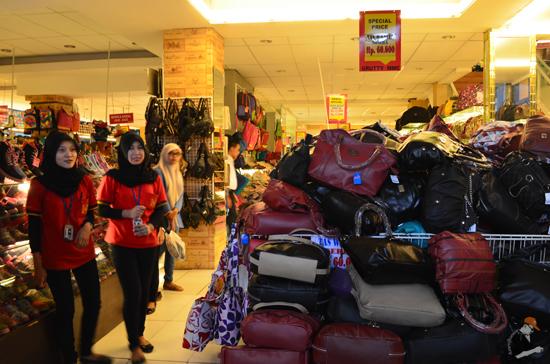 Kompleks jual barangan kulit di Bandung, Indonesia