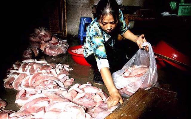 Carne estragada é retirada de loja na província de Fujian.