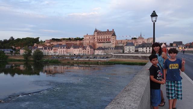 a bela cidade de Amboise, com o rio Loire em primeiro plano
