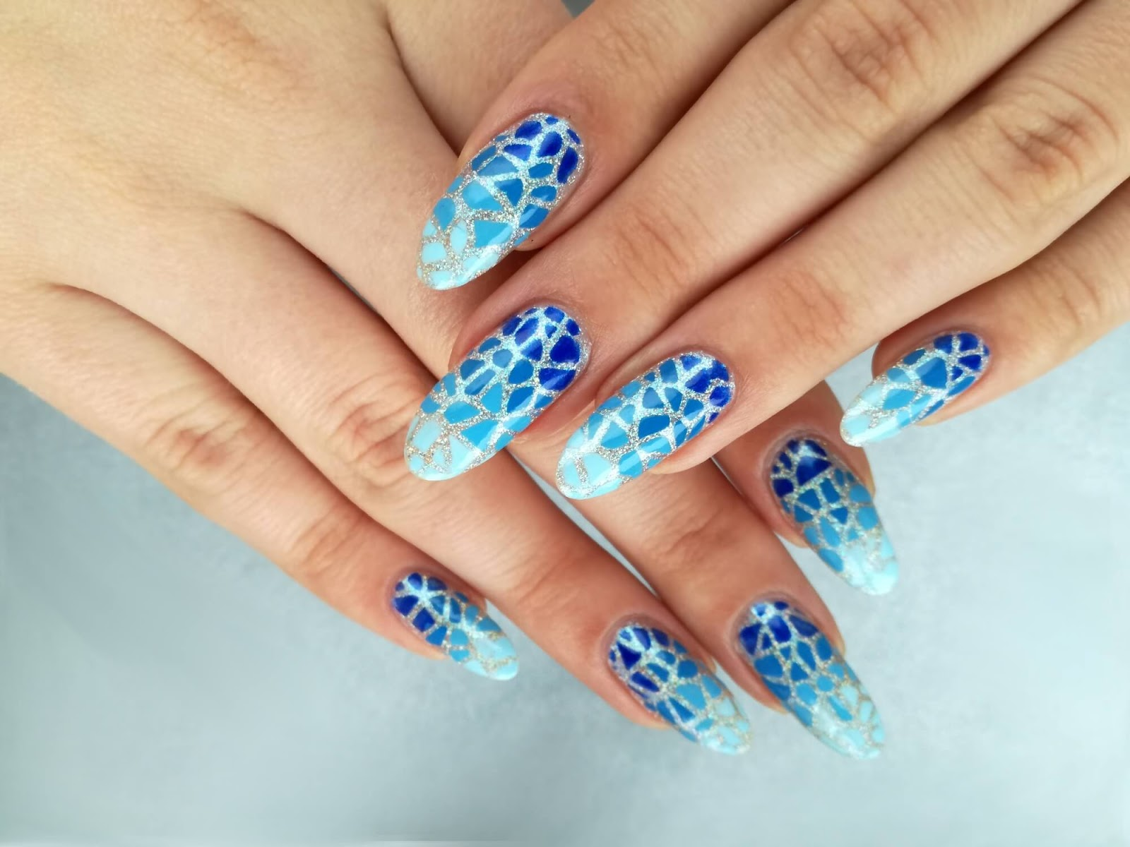 paznokcie w niebieskie plamki