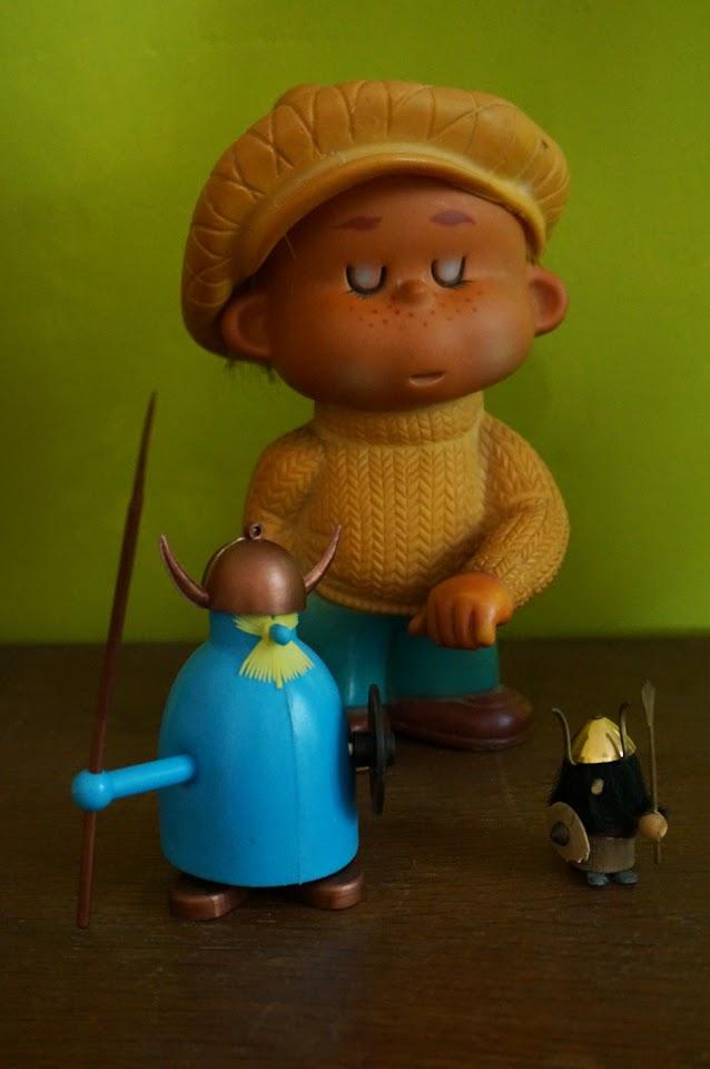 un titi parisien en pouet , un viking minuscule , un autre plus contemporain en plastique  squeek toy , a tiny viking , plastic viking vintage 60s 70s annees 60 70 1960 1970
