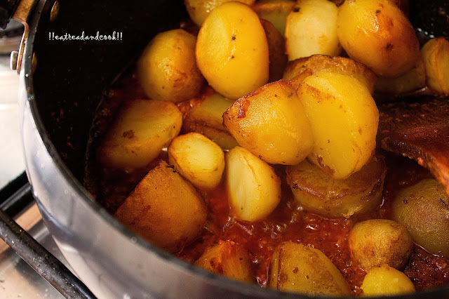 how to make Rosun Diye Alur Dom recipe / garlic flavoured dum aloo recipe and preparation with step by step pictures