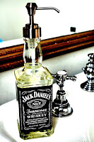dispensador de jabón hecho con botella de vidrio