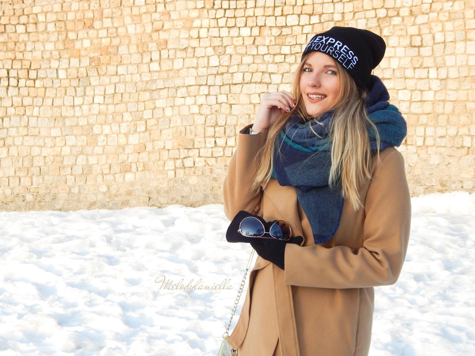 6 melodylaniella wełniany piaskowy beżowy karmelowy wielbłądzi płaszcz stylizacja na zimę białe dodatki torebka manzana trapery deichmann czepka bellissima duży szal okulary polskie blogerki modowe