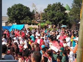 Menpora Hibur Warga Pengungsian Gempa Penyangget Lobar.
