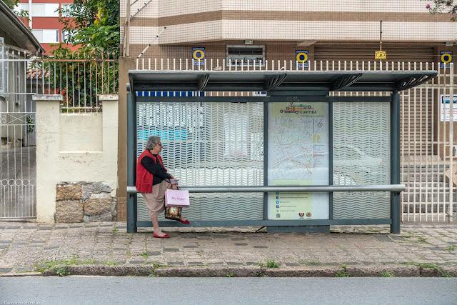 Senhora no ponto de ônibus esperando